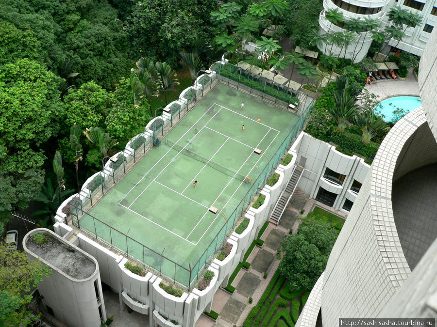 Теннисный корт соседней Шангри-Ла, на котором дети играют в воображаемый теннис.
