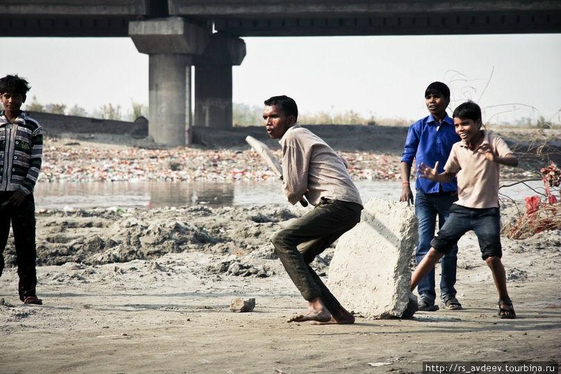 Дети трущоб играют в крикет