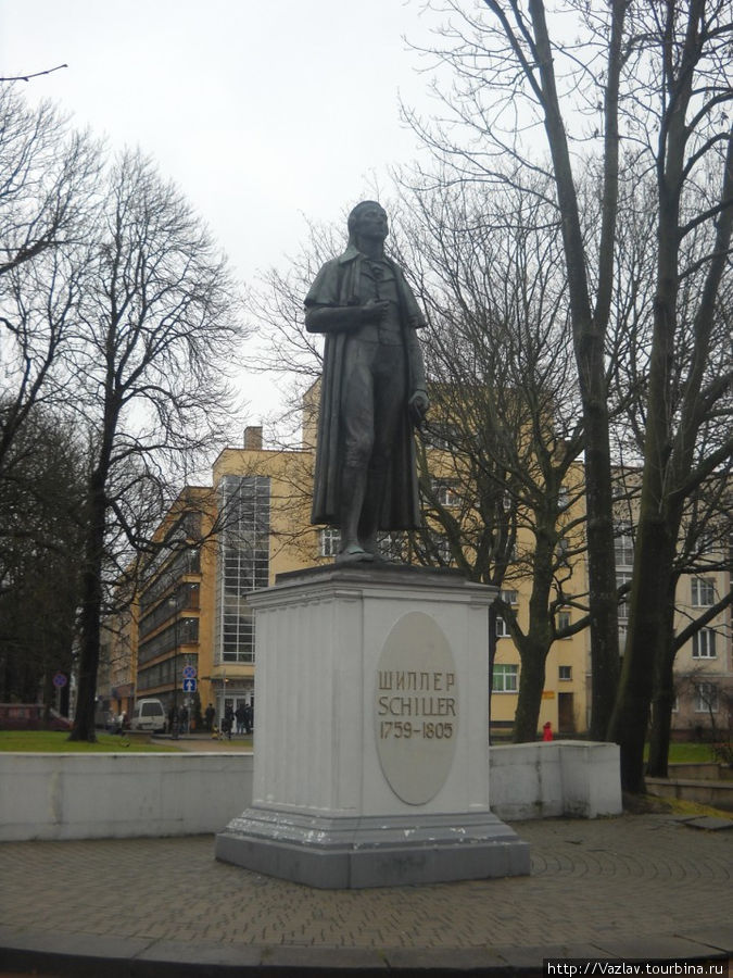Памятник на фоне сквера; колоннада в кадр не попала, она правее