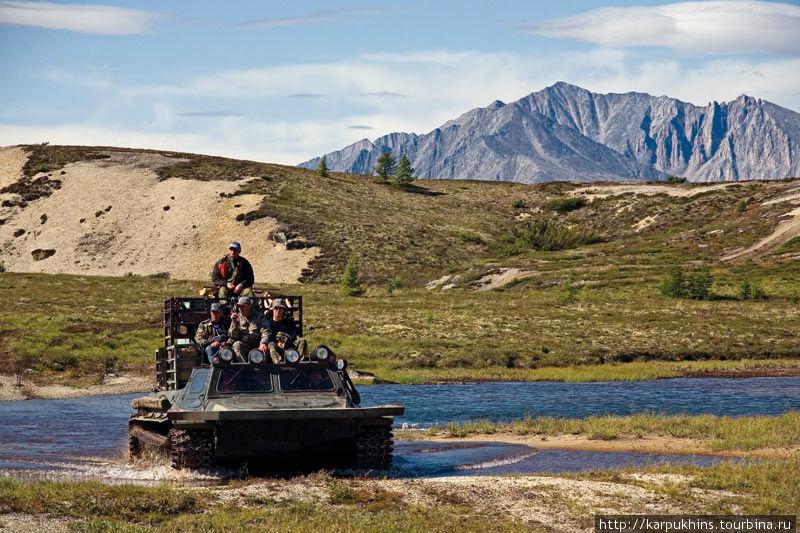 Только вездеходом и можно добраться в летний период до озёр. Ещё, конечно, сюда можно долететь на вертолёте. Такая заброска обойдётся примерно в 200-300 тысяч рублей.