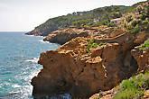 вид в юго-восточном направлении открывает побережье вплоть до мыса Punta de la Creu, после чего берег заворачивает строго на юг...