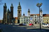 Слева-направо: Собор св.Духа, Белая башня, которая уже не белая от времени, капелла св.Климента с золотой тиарой и папскими ключами на крыше, городская ратуша с двумя башенками и чешским львом посередине.