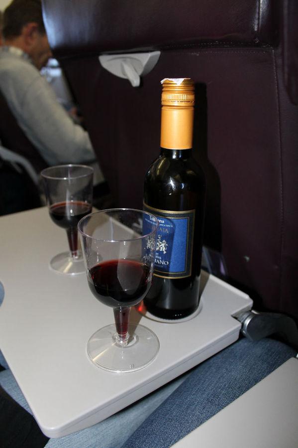 Каждый полет меня сопровождала бутылочка сухого красного вина, в Wizz Air она стоила 6 евро и было в ней 450 г