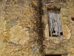 Окна этого каменного дома судя по всему были заколочены очень и очень давно