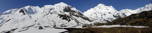 Горный массив Аннапурна, часть южного отрога Главного Гималайского хребта и включающий в себя несколько вершин, протянулся с востока на запад на 55 километров. Но охватить их одним взглядом с земли невозможно