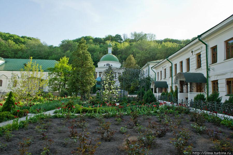 Сад-огород. Справа находится дом настоятельницы.