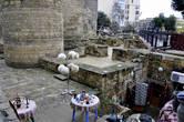 Рядом, в крепости и вблизи ее стен, расположены маленькие магазинчики, продающие сувениры и ковры и разные поделки.