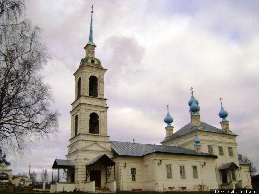 Вид на Успенскую церковь с внутреннего двора