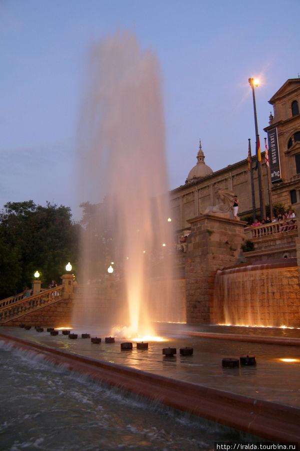 До 53 метров поднимаются струи, 3 млн. кубических метров воды надо для работы фонтана.