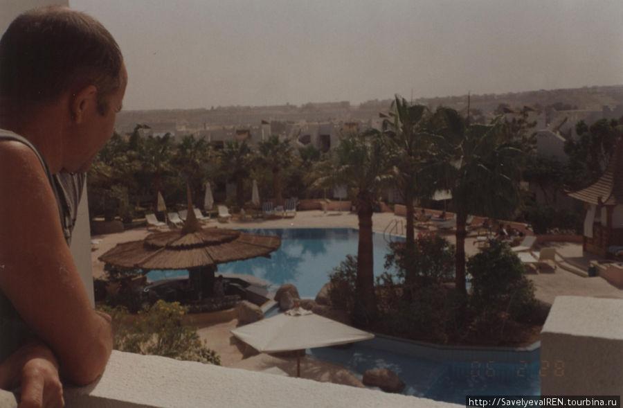 Вид с балкона на бассейн.