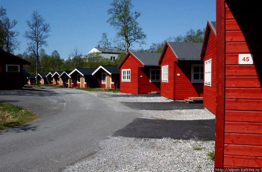 В одном из таких домиков мы жили. Фотография с сайта кемпинга.