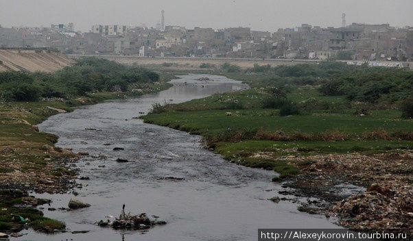 Река уносит помои Карачи.