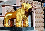 Золотые львы украшающие вход перед театром -это копии маленькой статуэтки льва, которую нашли в Алазанской долине предположительно III в. до н.э.:
