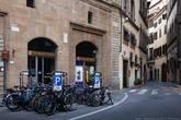Стоянка для велосипедов. Представте, что было бы с улицей, если бы хозяева этих велосипедов приехали каджый на своем автомобиле...