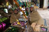 В честь праздника многие лавки украшены гирляндами и мишурой.