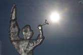 Ангел изо льда из свой трубочки солнышко выдувает, как мыльный пузырь. Такие вот забавы у этих ангелов... ледяных. :)