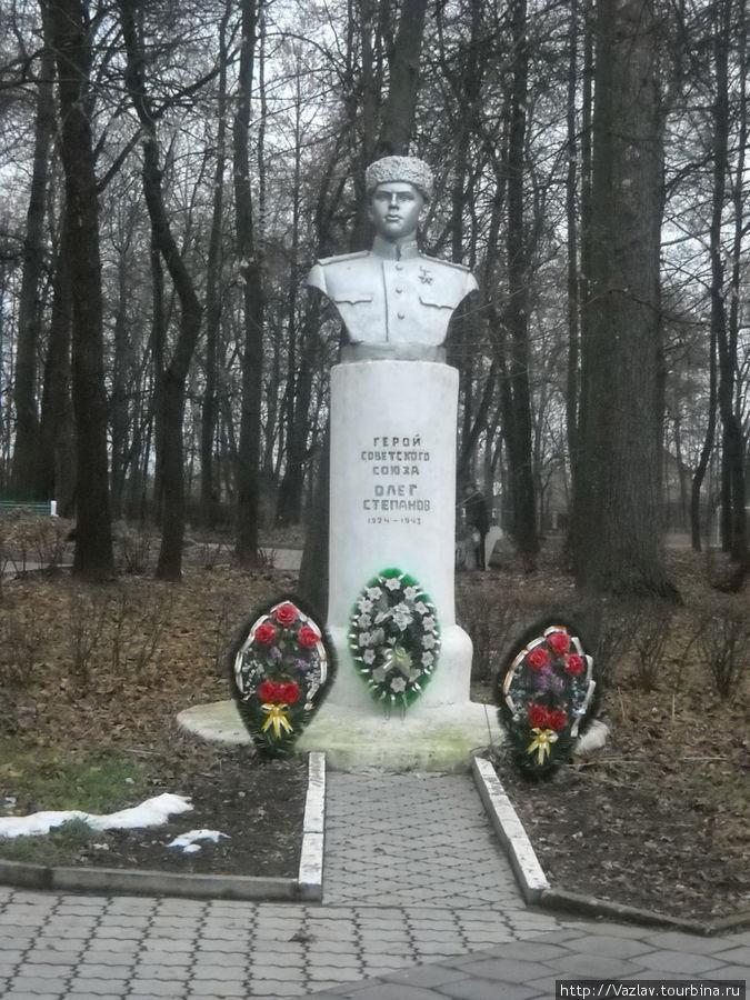 Памятник герою на фоне парка