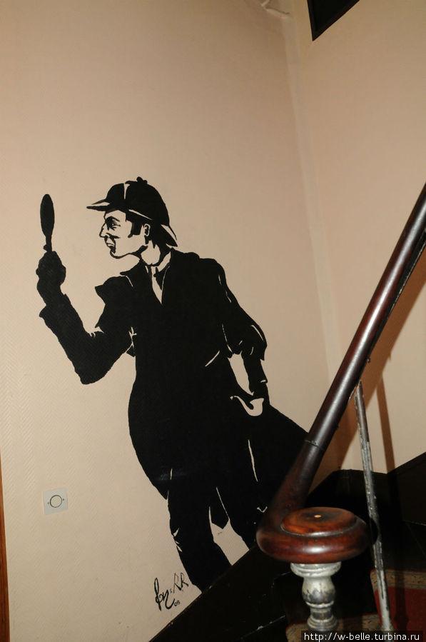 Шерлок Холмс вас встречает на лестнице, ведущей в необычные номера.