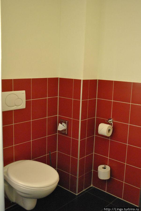 Туалет отдельный, но находится за полупрозрачным матовым стеклом.