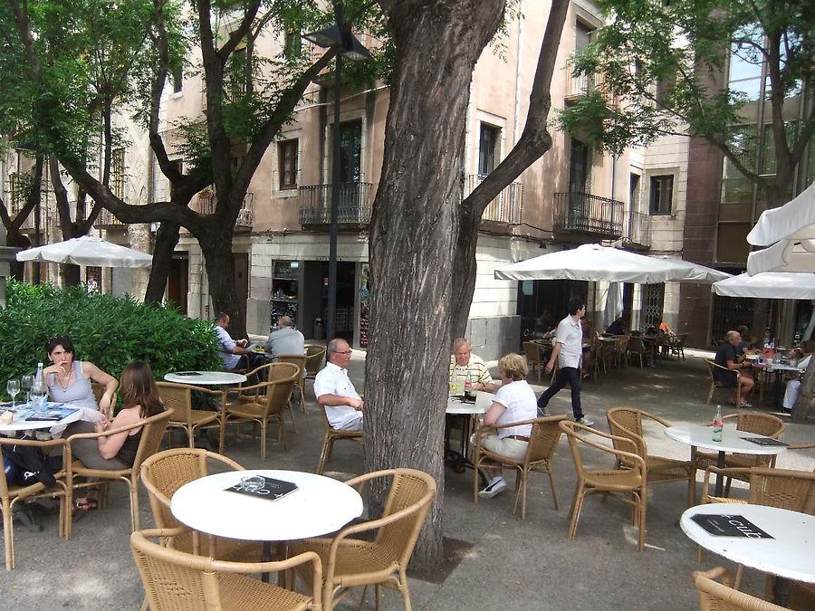 Сидеть за столиком на улице в тени деревьев очень приятно.