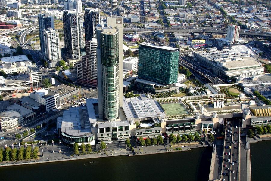 На берегу реки знаменитое казино Мельбурна Crown.