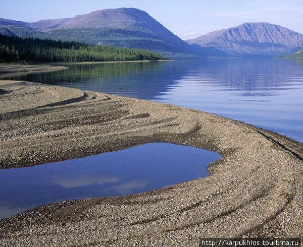 Озеро Кутарамакан. По берегам озера штормами намыло причудливые косы, продукт совместной деятельности воды и ветра.