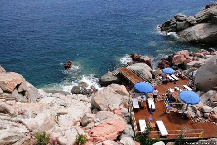 Один из пляжей отеля.