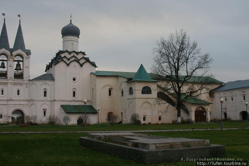 ТРАПЕЗНАЯ с теплой церковью Рождества, построенная в 1581 году (переименованная в 1870 году в церковь Покрова)