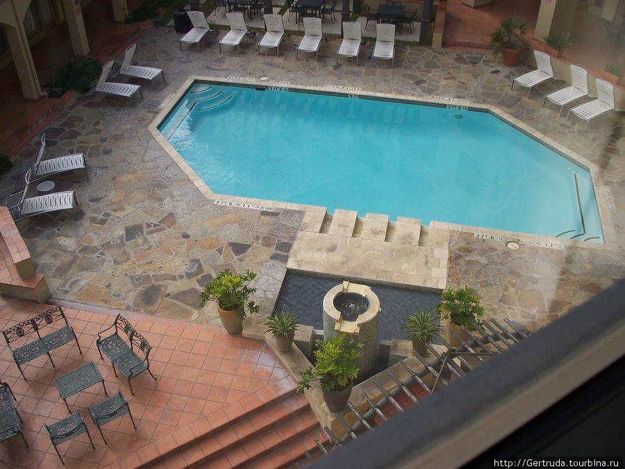 Вид на бассейн из окна номера