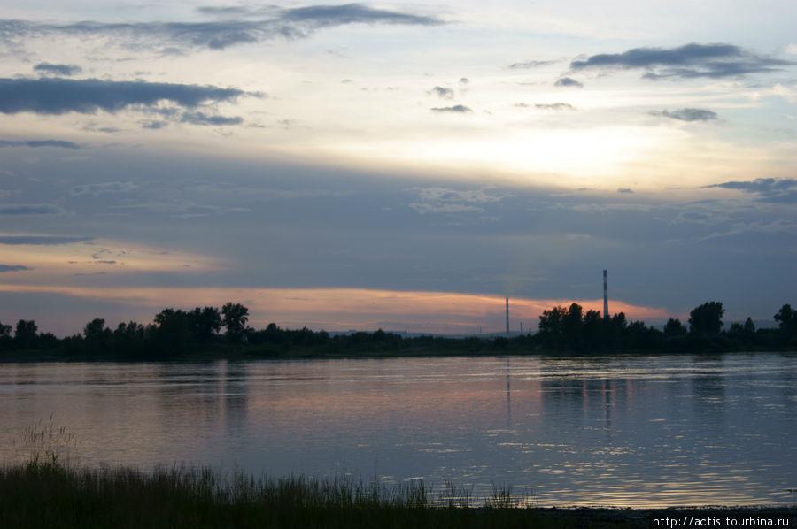 Вид на Красноярск с другого берега Енисея.