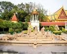 Здесь есть даже макет Ангор-Вата, королевской резиденции древних королей кхмеров. А позади макета — колокольня, колокол используется для сигнала открытия и закрытия храма и для начала церемоний
