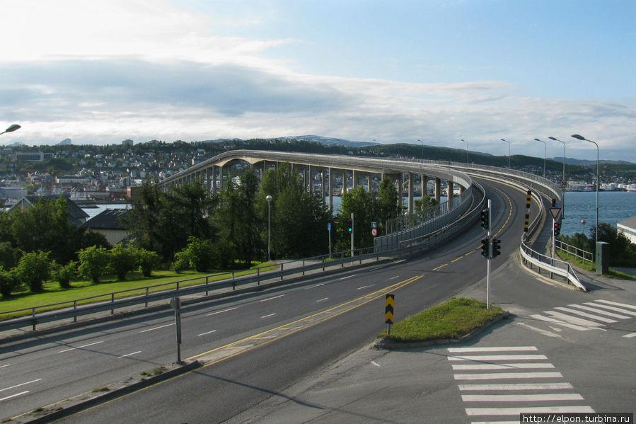 Вид с площадки перед собором на мост Tromsøbrua