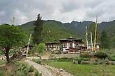 Селение у Друкгьял Дзонга, здесь заканчивается дорога на Север, дальше — Тибет, с Китаем все отношения прерваны в 1951 году, границы Бутана охраняет Индийская армия