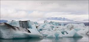 Черный цвет некоторых айсбергов это прямое следствие извержения вулкана Гримсвотн, который последний раз давал о себе знать в мае 2011 года.