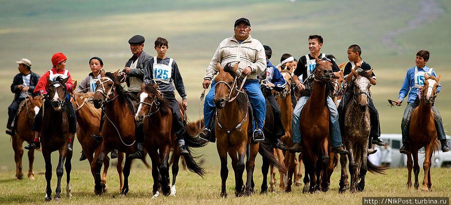 Байга (аламан-байга) Cкачка в степи или по пересеченной местности на дистанции 5, 10, 20, 25-50 км на неоседланных лошадях. Обычно скачут мальчуганы лет 7-14, но разрешается ехать и профессионалам-жокеям. Для таких скачек выбирают ребятишек полегче весом, цепких и ловких; Казахстан