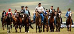 Байга (аламан-байга) Cкачка в степи или по пересеченной местности на дистанции 5, 10, 20, 25-50 км на неоседланных лошадях. Обычно скачут мальчуганы лет 7-14, но разрешается ехать и профессионалам-жокеям. Для таких скачек выбирают ребятишек полегче весом, цепких и ловких;