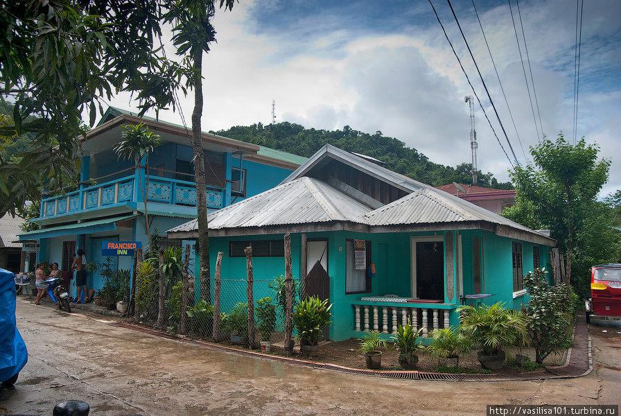 Отель — дальнее здание, двухэтажное, голубое