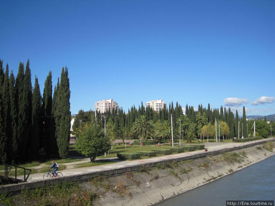 Вид на парк Победы с мостика через Мзымту