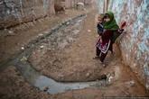 В пакистанских деревнях есть центральная канализация. Центральная она потому, что идет по центру улицы. Из каждого двора тянется канавка, а на окраине деревни все сливается в большую зловонную реку.