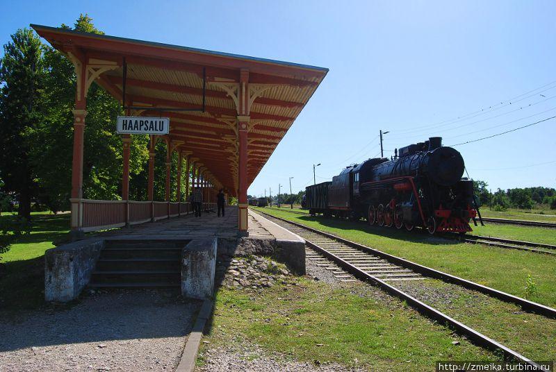 Платформа Хаапсалу и паровоз Л-1646 1951 года, изготовленный на Коломенском заводе (до 1997 года был в исправном состоянии)