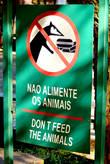 Надо сказать, администрация обоих парков — и бразильского и аргентинского — очень заботится о том, чтобы животных не подкармливали лишний раз (как будто они сами не подкормятся!;) — и всячески об этом сообщает! Вот только очень позабавила разница подходов.. Например, на бразильской стороне администрация просто предупреждает, что гамбургеры енотам не игрушка..