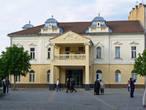 Закарпатский драматический русский театр находится на площади возле ратуши.
