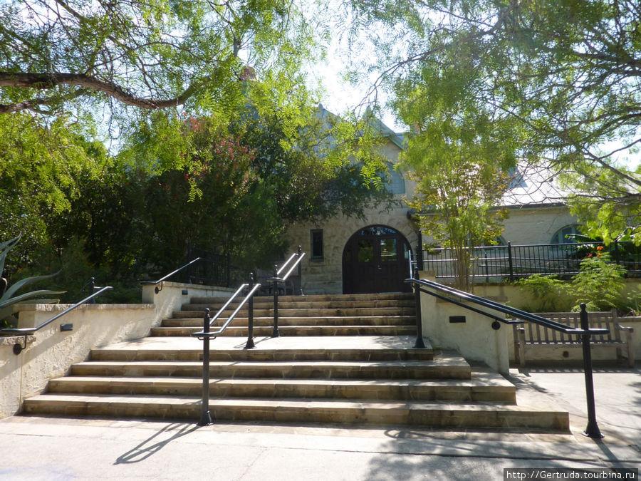 Вход в Ботанический сад, там касса и кафе.