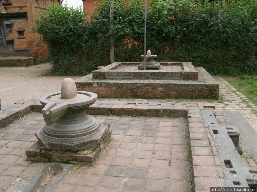 храм Индрешвор — лингамы