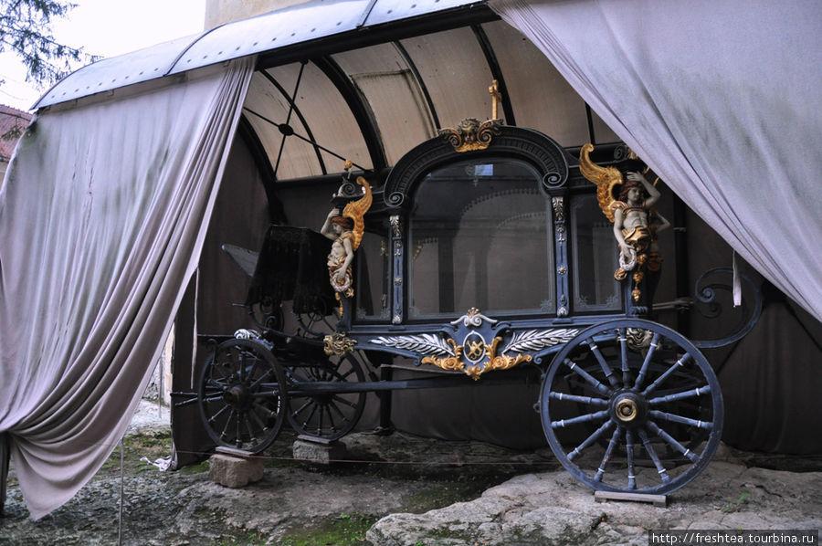 Во дворе крепости, кроме боевых пушек, стоят и светские предметы. Карета для парадных выездов вельможных особ — гордость коллекции.