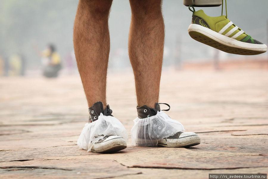 Антон не решился снимать обувь ходил в бахилах..) Я же не побрезговал)