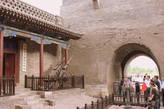 Всего насчитывается шесть городских ворот, по одной с северной и южной сторон и по двое с восточной и западной сторон