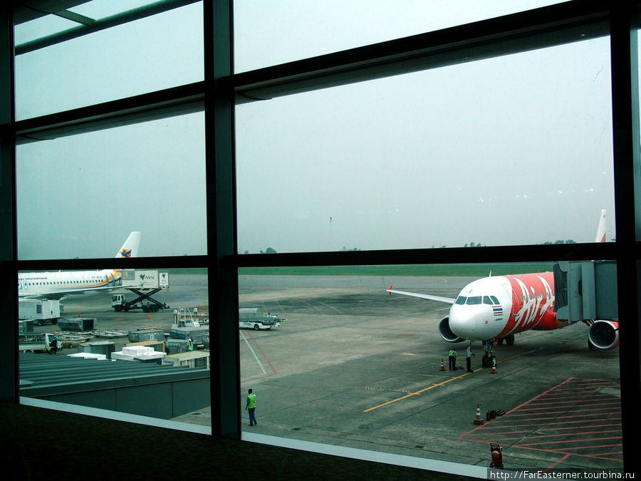 Самолет Air Asia в аэропорту Янгона