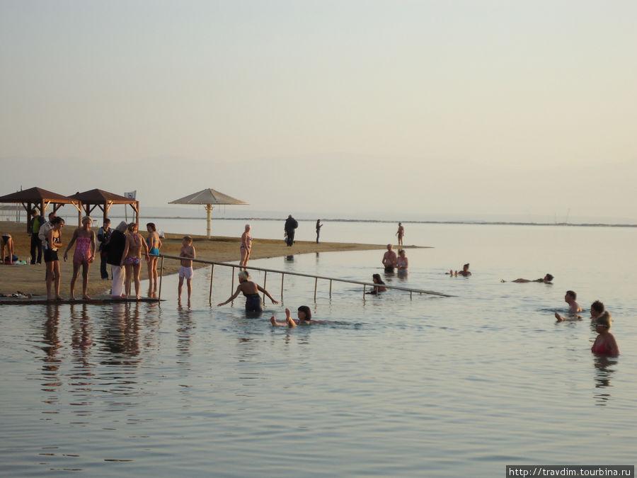 Русские и английские туристы прнимают морские лечебные ванны