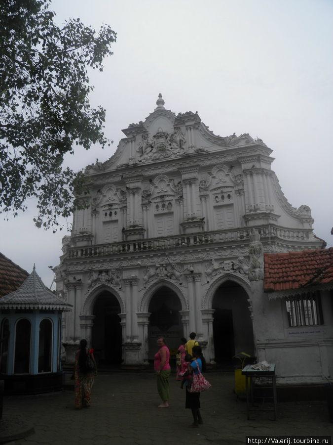 Храм, который, как считают Шри Ланкийцы и остановил цунами. Датируется 19 веком.